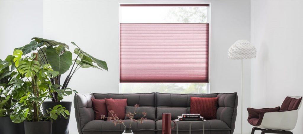 In deze kamer maakt de nieuwe plooibreedte van 45 millimeter van Duette® Color on Demand Shades de raamdecoratie net even stoerder.