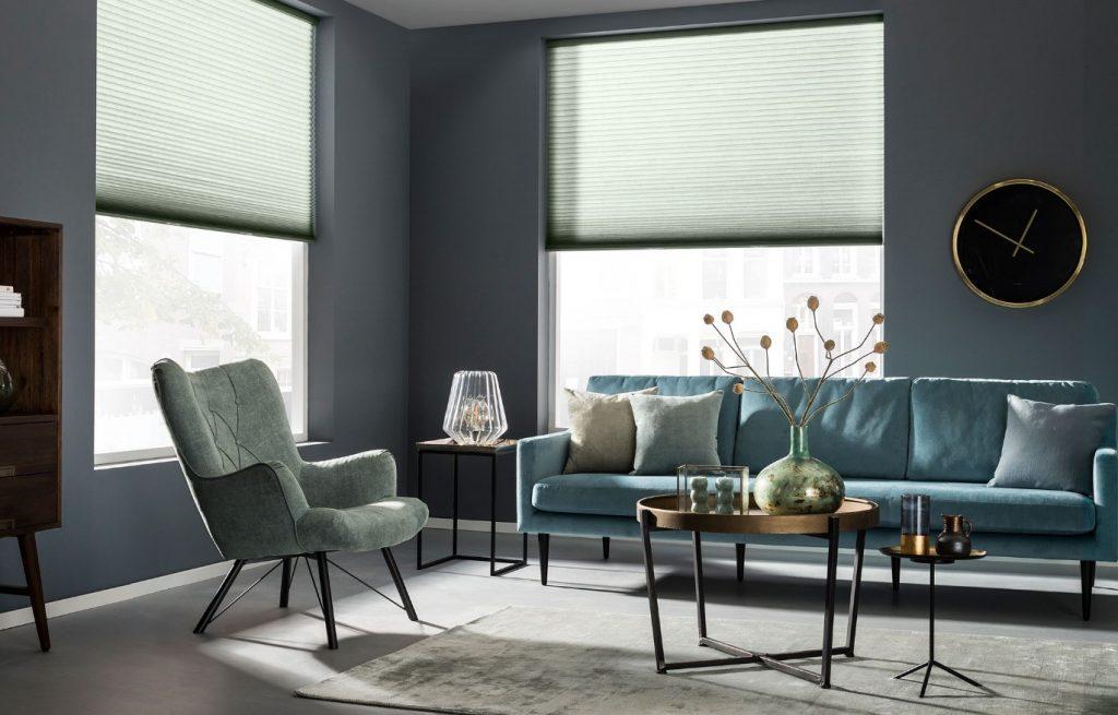 In deze moderne zithoek zorgt SUNWAY® Duette® Color On Demand voor de gewenste lichtinval.