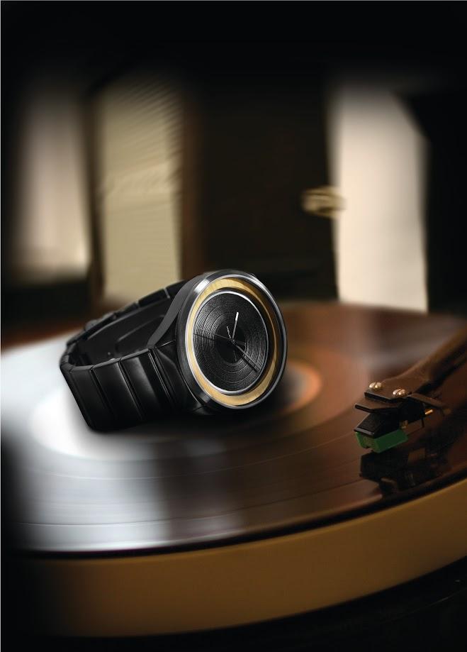 De TACS LP-M met de horlogekast in klassieke vinyl-look en een ring van hout.