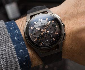 De buitenkant van het Bulova-horloge laat een verfijnde, voorgevormde eenvoud zien die de pols precies volgt.